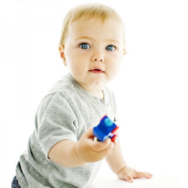 bebe-avec-un-jouet-dans-la-main-10839576usxhl