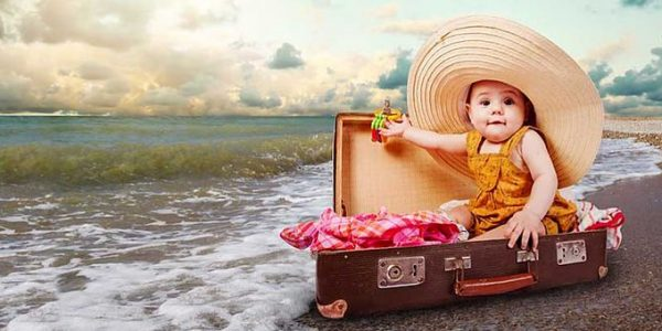 Poussette, baignoire… les accessoires pour bébé à ne pas oublier en vacances !